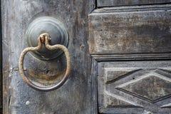 античная ручка двери на античной двери стоковое фото rf