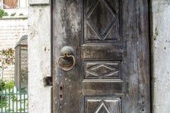 античная ручка двери на античной двери стоковые изображения rf