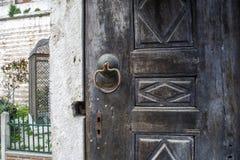 античная ручка двери на античной двери стоковое фото