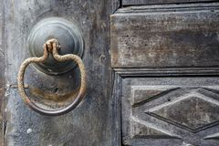 античная ручка двери на античной двери стоковые фотографии rf