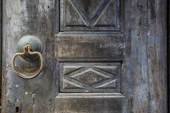 античная ручка двери на античной двери стоковое изображение rf