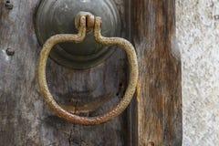 античная ручка двери на античной двери стоковые фото