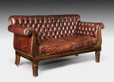 Античная старая винтажная коричневая обитая кожа снабдила софу подкладкой кресла Стоковые Изображения RF