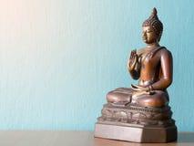 Античная статуя Будды на деревянном столе Предпосылка окись кобальта Стоковая Фотография RF