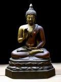 Античная статуя Будды с путем клиппирования на деревянном поле Стоковые Фото