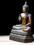Античная статуя Будды с путем клиппирования на деревянном поле Стоковое Фото