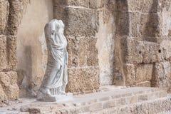 Античная статуя в национальном парке, Caesarea, Израиле Стоковое фото RF