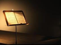 Античная стойка музыки с книгой tablature стоковая фотография