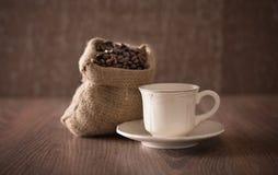 Античная сумка чашки и кофе фарфора на деревянном Стоковая Фотография RF