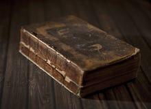 Античная сломанная книга на таблице Стоковое Изображение RF