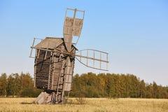 Античная традиционная деревянная ветрянка в сельской местности Финляндия Стоковое фото RF