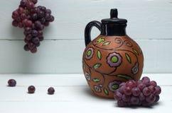 античное вино кувшина виноградин Стоковая Фотография