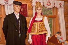 Античное деревенское для людей и одежды женщин стоковые изображения