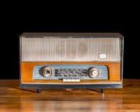 Античное радио на винтажной предпосылке Стоковые Изображения