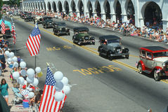 Античные автомобили в параде Дня независимости Стоковая Фотография