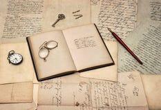Античные аксессуары сочинительства, открытая книга дневника, старые письма и po Стоковые Изображения RF