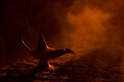 Античные аравийские ночи вводят масляную лампу в моду с дымом мягкого света белым, темной предпосылкой Лампа концепции желаний то Стоковые Изображения