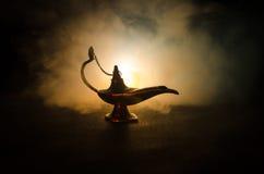Античные аравийские ночи вводят масляную лампу в моду с дымом мягкого света белым, темной предпосылкой Лампа концепции желаний то Стоковая Фотография