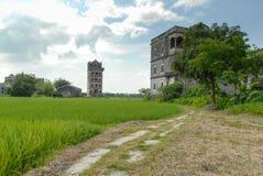 Античные архитектуры с дорогой светлой башни Стоковая Фотография RF