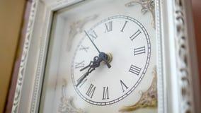 Античные белые часы тикая в окружающем угле 2 окружающей среды сток-видео