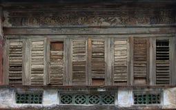 Античные деревянные окна на старом здании Стоковые Изображения RF