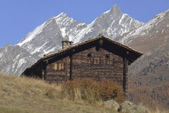Античные деревянные дома от старой деревни от Zermatt с Маттерхорном выступают в предпосылке стоковое фото rf