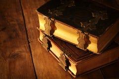 античные книги, с латунными фермуарами на старом деревянном столе период фантазии средневековый и религиозная концепция Стоковые Изображения RF