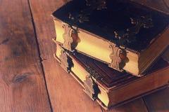 античные книги, с латунными фермуарами на старом деревянном столе период фантазии средневековый и религиозная концепция Стоковые Фото