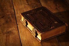 античные книги, с латунными фермуарами на старом деревянном столе период фантазии средневековый и религиозная концепция Стоковое фото RF