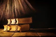 античные книги, с латунными фермуарами период фантазии средневековый и религиозная концепция Стоковое Изображение RF