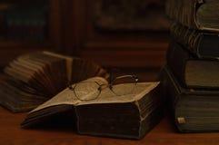 Античные книги с стеклами чтения Стоковое Фото