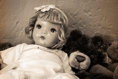 Античные кукла и плюшевый медвежонок Стоковое Фото