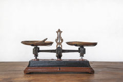 Античные механически веся масштабы стоковая фотография