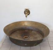 Античные медные faucet и раковина Стоковое Изображение