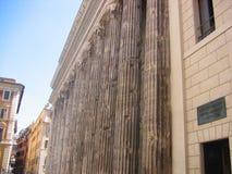 Античные столбцы гармонично помещенные в стоковые изображения