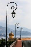 Античные столбы лампы вдоль улицы с видом на море в Монако Стоковая Фотография RF