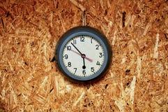 Античные часы на деревянной стене Стоковое Изображение RF
