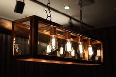 Античные электрические лампочки нити вися от потолка стоковое фото