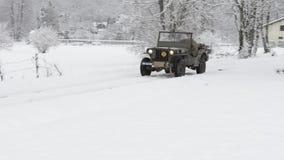 Античный военный виллис в снеге акции видеоматериалы