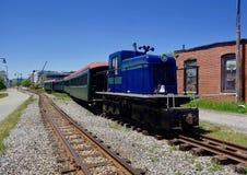 Античный двигатель поезда на следах узкой колеи Стоковые Фотографии RF