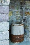 Античный деревянный бак, используемый традиционно для хранения стоковые изображения
