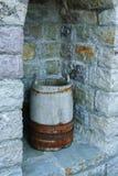 Античный деревянный бак, используемый традиционно для хранения стоковое изображение