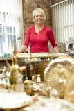 античный женский магазин хозяйчика стоковые фото