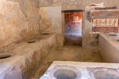 Античный интерьер харчевни с фреской в Помпеи, Италии Руины Pompei после извержения Vesuvius вулкана Историческая концепция насле стоковая фотография rf
