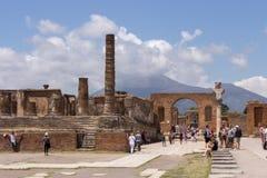 Античный итальянский квадрат с туристами и руины против вулкана Vesuvius в Помпеи, Италии Старая концепция форума стоковое фото