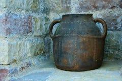 Античный керамический бак, используемый традиционно для хранения или кашевара стоковая фотография rf