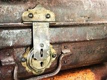 Античный ключевой замок на багаже сделанном от латуни Стоковые Изображения RF