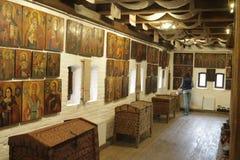 Античный комод и старые значки на стене Стоковая Фотография