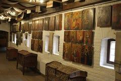 Античный комод и старые значки на стене Стоковое фото RF