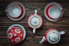 Античный комплект керамических чайников, чашек, поддонников на деревянном столе Церемония чая Стоковое Изображение RF